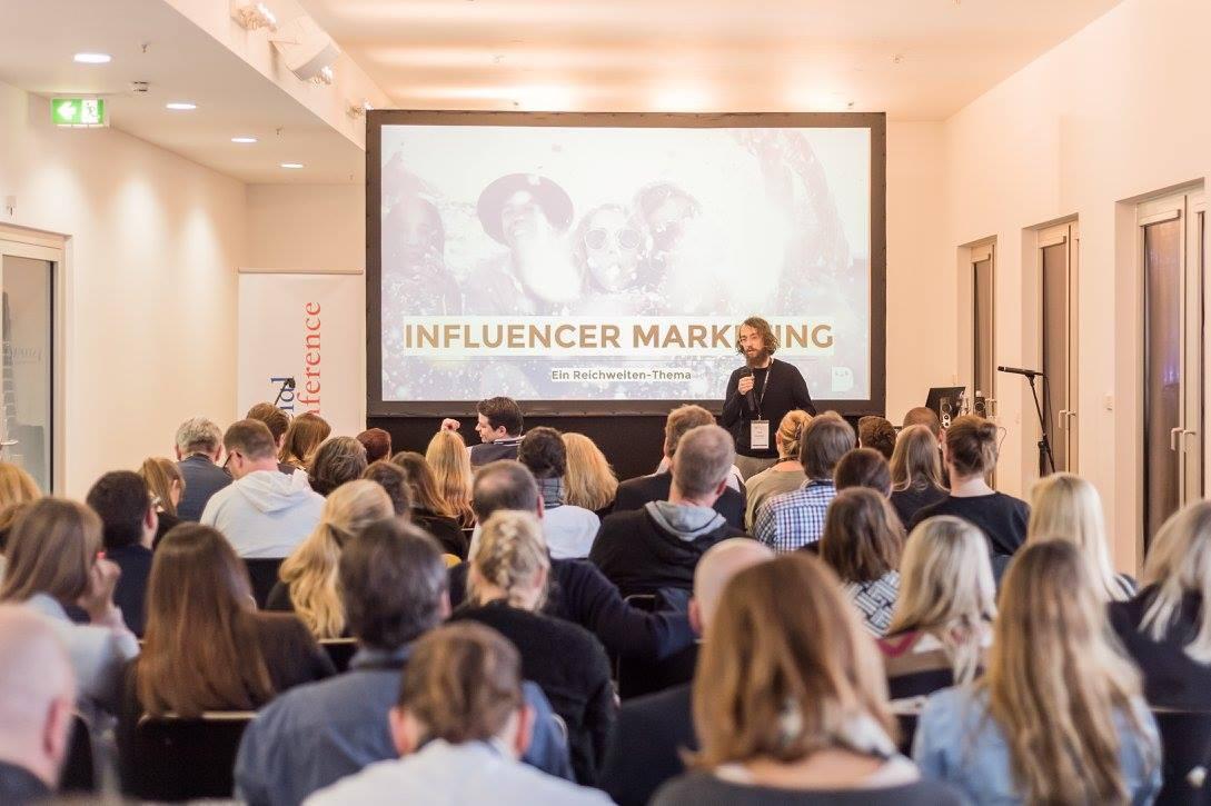 Felix Hummel vor Publikum auf der Social Conference
