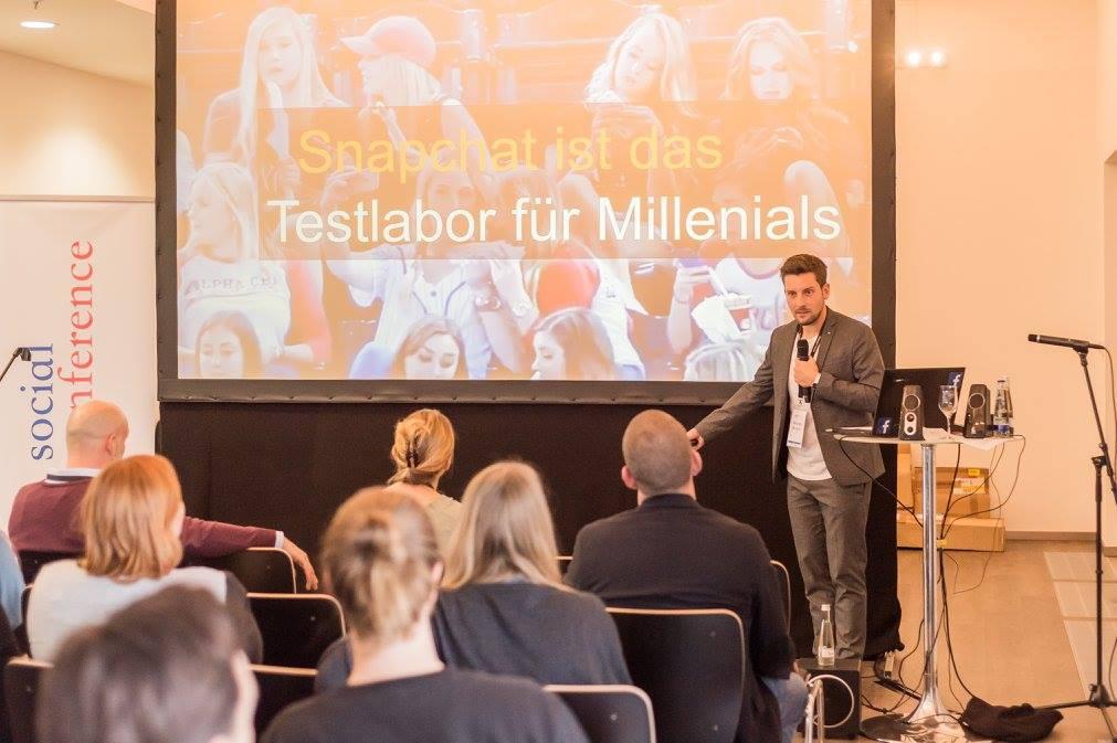 Christoph Assmann vor Publikum auf der Social Conference