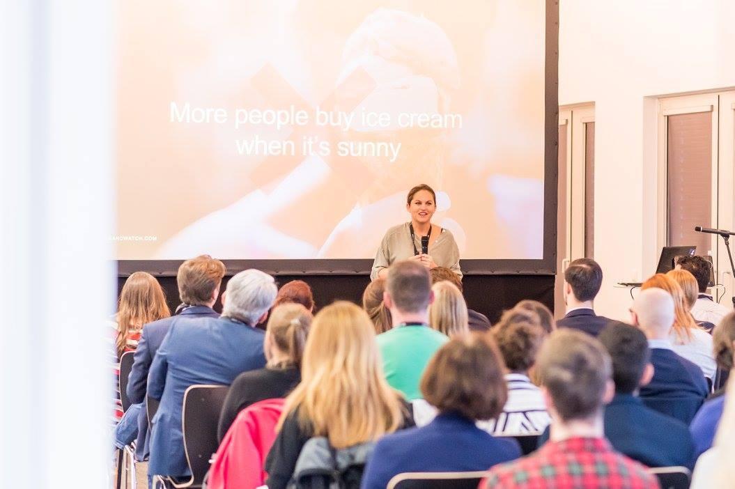Christiane Kaiser auf der Social Conference vor Publikum