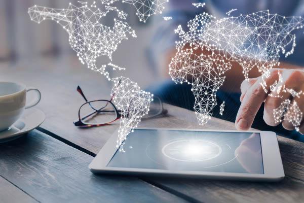Business Work mit Tablet und Weltkarte