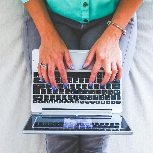 Frau die am Laptop tippt